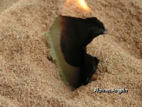 Brennender Eierkarton in der Blechdose mit Buchenspänen