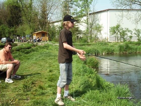 Lukas, er wirft und fischt mit der Fliege schon wie ein Profi